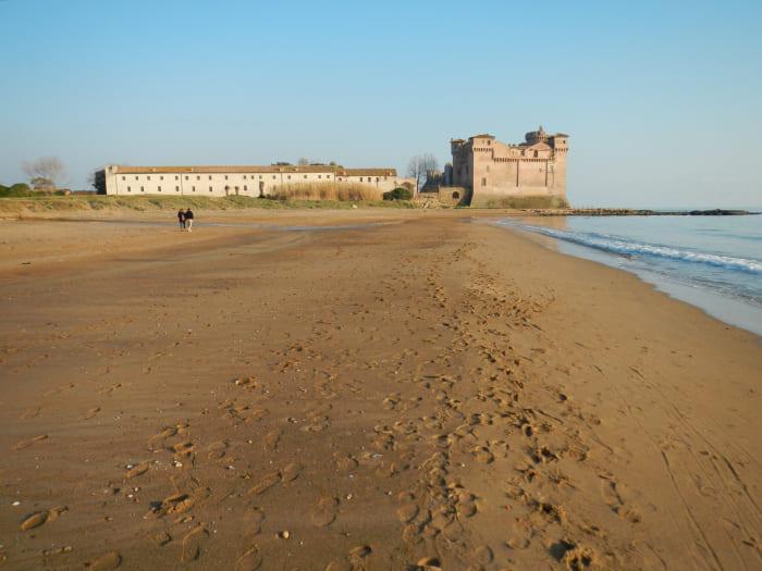 spiaggia santa severa castello