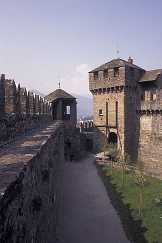 esterni e mura del castello di azzurrina